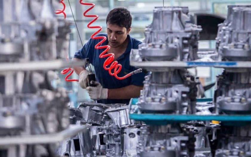 تولید ملی - کارگر در حال ساخت قطعه