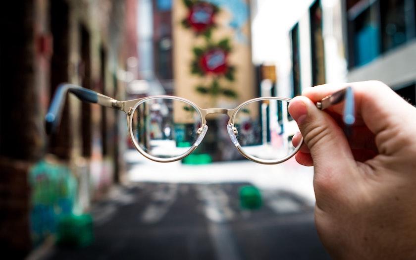 کوری نسبت به بنر با نمایش دنیا از نگاه یک عینک تیره و تار