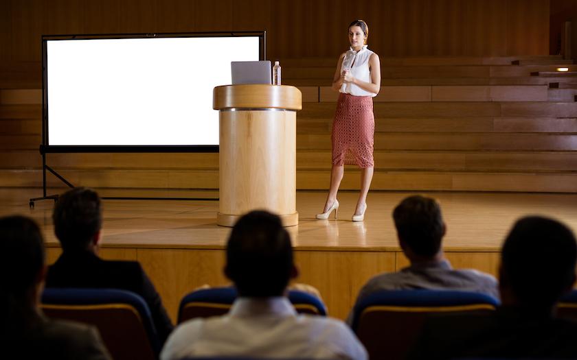 خانم در حال ارائه دادن در کنفرانس - استفاده از تصاوير فری پیک و اسلایدزگو
