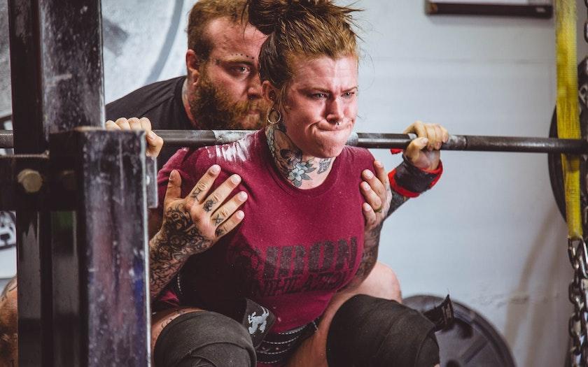 استاد و شاگرد در حال تمرین سخت وزنهبرداری - دوره بورسیه تحصیلی cxl