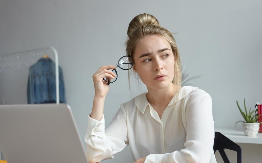 تفاوت بین متریک و دیمنشن در دنیای اندازهگیری دیجیتال - خانم مستاصل با عینک در دست و در حال فکر