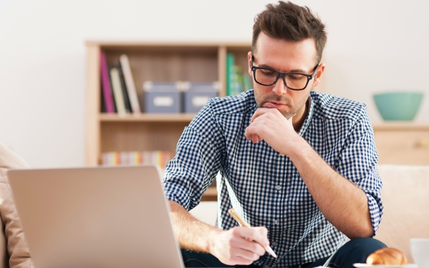 راهنمای استفاده از رجکس - مرد جدی در حال فکر کردن کنار کامپیوتر