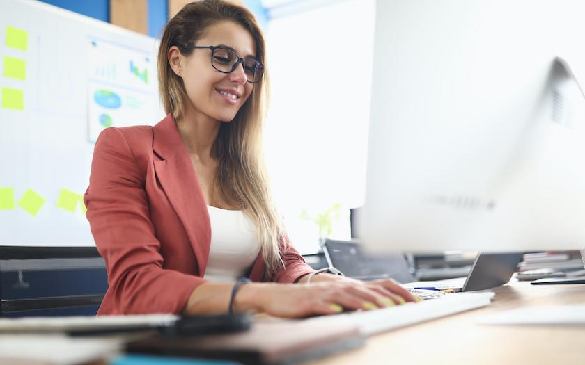 خانم دولوپر جوان در حال کار با کامپیوتر و برنامه نویسی SQL
